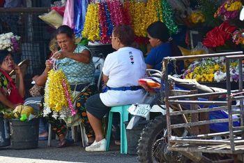 DAVAO. Nangandam na ang usa ka tindera sa iyang mga tinda nga garland kilid sa dalan sa Bankerohan Public Market, Davao City tungod nagsugod na ang panahon kung diin daghang mga graduation ang mahitabo sugod karong semanaha hangtud Abril. (Hulagway kuha ni Macky Lim)