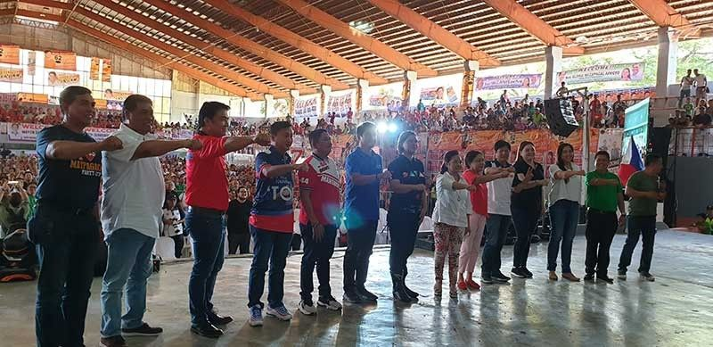 NEGROS. Between 15,000 and 17,000 people attend the grand rally of the Hugpong ng Pagbabago party of Davao City Mayor Sara Duterte-Carpio (seventh from left). Speaker of the House Gloria Magapagal-Arroyo (seventh from right) is also in attendance as the event is hosted by her sister-in-law Marilou Arroyo-Lesaca, who is running unopposed in the fifth district congressional post. (Carla N. Cañet)