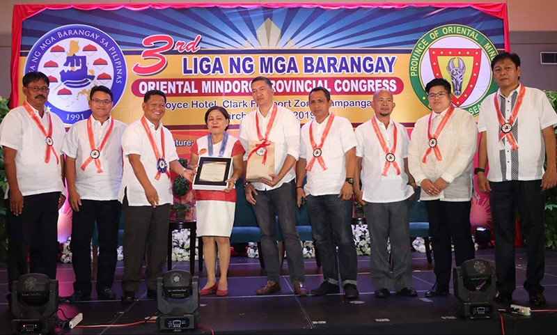 Senator Cynthia Villar receives a plaque of appreciation from officers of the Oriental Mindoro Liga ng mga Barangay led by President Dennis Brondial. Villar talked about solid waste management and livelihood programs during yesterday's 3rd Liga ng mga Barangay Oriental Mindoro Provincial Congress at Royce Hotel, Clark Freeport Zone, Pampanga. (Chris Navarro)