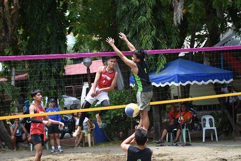 DAVAO. Si Aljon Jimenez sa Team Mythic miatake sa bola atol sa 82nd Araw ng Dabaw Under 19 Open Beach Volleyball Tournament sa Felis Resort Complex sa Matina Aplaya, Sabado, Marso 23. (D'Artagnan Yambao)