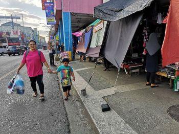 DAVAO. Nakatabang kontra sa init apan nakahasol sab sa mga pedestrian sa dalang San Pedro, Davao City kining mga trapal sa mga vendor atbang sa Rizal Park. Unta matanggal kini sa City Demolition Unit. (i-LENS)