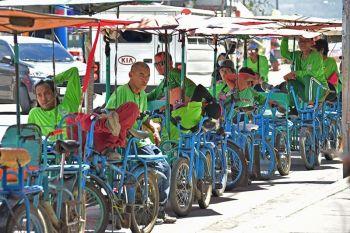 DAVAO. Naka-uniporme gayod ang mga traysikad drayber sa pantalan sa Sta. Ana, Davao City subay sa ilang mga regulasyon sa asosasyon. Sila naghulat sa ilang mga pasahero nga ilang ihatud sa lansa nga manabok padung Kaputian, ug Talicud sa Island Garden City of Samal. (Macky Lim)