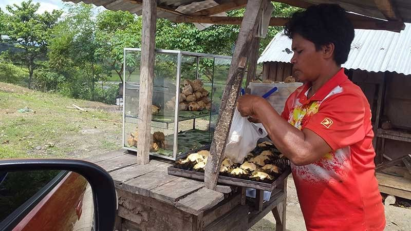 BUKIDNON. Selling hot bibingka by the road side is a great come-on for travelers off the mountainous parts of San Fernando, Bukidnon. (Lynde Salgados)