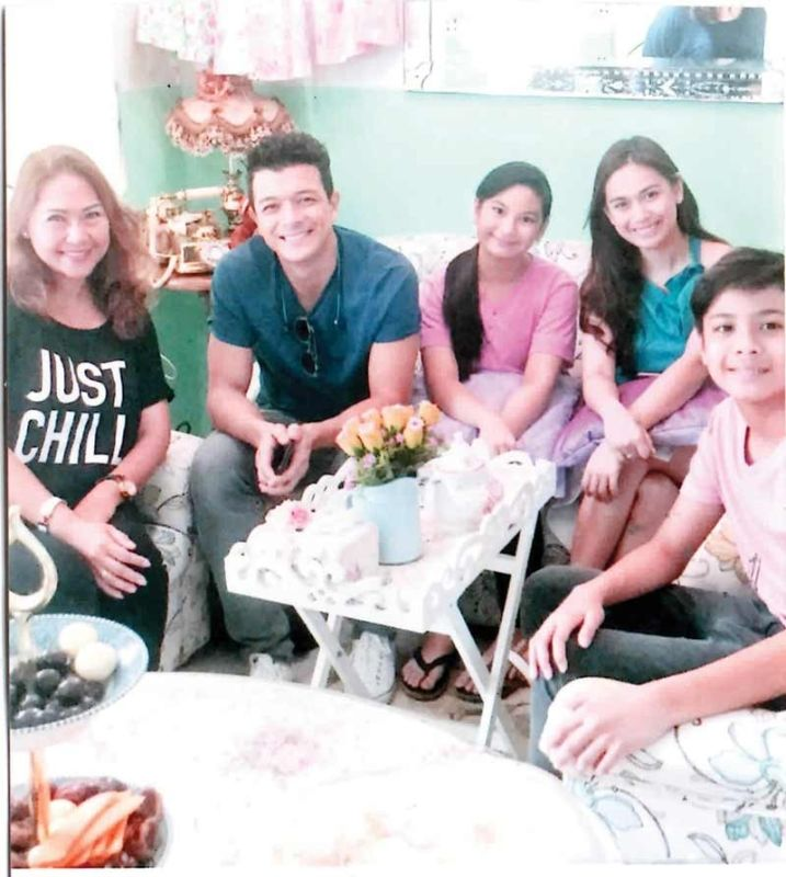 Close-up. Actor Jericho Rosales (second from left), with actress Yen Santos (center) and Elena Chua (left).