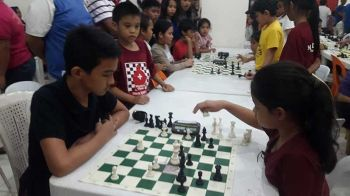 """CAGAYAN DE ORO. This time around, Joseph dela Rama finds a way to beat his former conqueror Ruelle """"Tawing"""" Canino in the Cong. Rufus Cup chess fest. (Lynde Salgados)"""