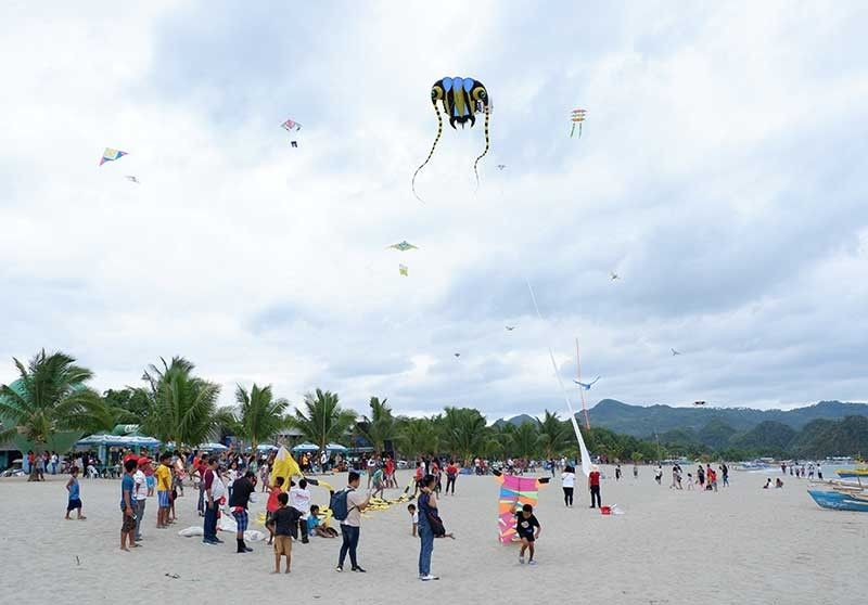 NEGROS. The 7th Burangoy Tourism Kite Festival at Poblacion Beach in Sipalay, Negros Occidental wows local and foreign tourists. (Erwin Nicavera)