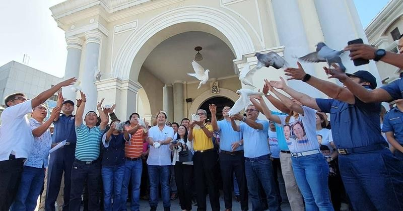 "PAMPANGA. Pampanga gubernatorial candidates Vice Governor Dennis ""Delta"" Pineda, Amado Santos, reelectionist Congressman Juan Pablo ""Rimpy"" Bondoc and reelectionist board members join officials of the PNP, AFP, DILG and Comelec in releasing white doves during the peace covenant signing at the Metropolitan Cathedral, City of San Fernando on Wednesday, March 27, 2019. (Photo by Chris Navarro)"