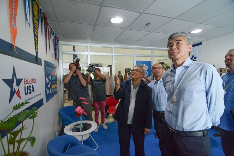 CEBU. Sung Kim, US Ambassador to the Philippines, (right, foreground) is in Cebu to inaugurate its advising center at the University of San Carlos-Talamban (USC-TC) on Friday, March 29. (SunStar Cebu/ Arni Aclao)