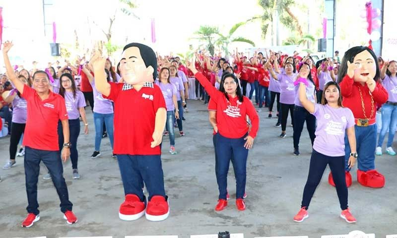 "PAMPANGA. Former San Simon mayor Rodrigo ""Digos"" Canlas, who is seeking to return to the municipal hall, and his runningmate, outgoing Mayor and vice-mayorable Leonora Capule-Wong, join hundreds of Simonian women during the 2019 Women's Summit at the municipal covered court Friday, March 29, 2019. (Photo by Chris Navarro)"