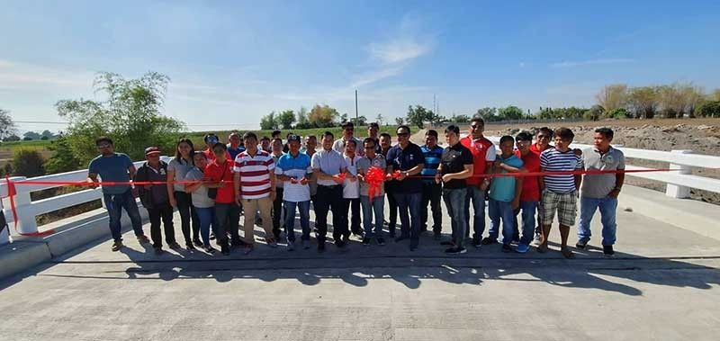 """PAMPANGA. Pampanga 1st District Congressman Carmelo """"Jon"""" Lazatin II, Mabalacat City Vice-Mayor Christian Halili and DPWH-Pampanga 3rd District Engineering Office ADE Engr. Arnold Ocampo lead the blessing and inauguration of the newly constructed Sta. Maria Bridge in Mabalacat City on Thursday, March 28, 2019. Joining them are barangay chairmen and kagawads. (Photo by Chris Navarro)"""
