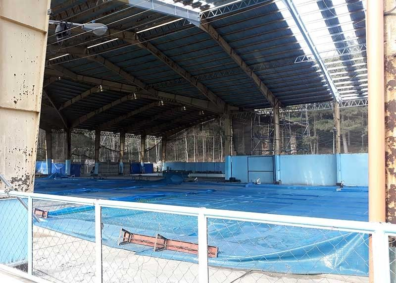 BAGUIO. Improvement of the swimming pool at the Baguio Athletic Bowl started last month, involving the installation of solar panel roofs, repair and other rehabilitation which cost a total of P43 million. Swimmers hit the timing of the repair as most of them are set to compete in the Palarong Pambansa on April 27. (Photo by Roderick Osis)