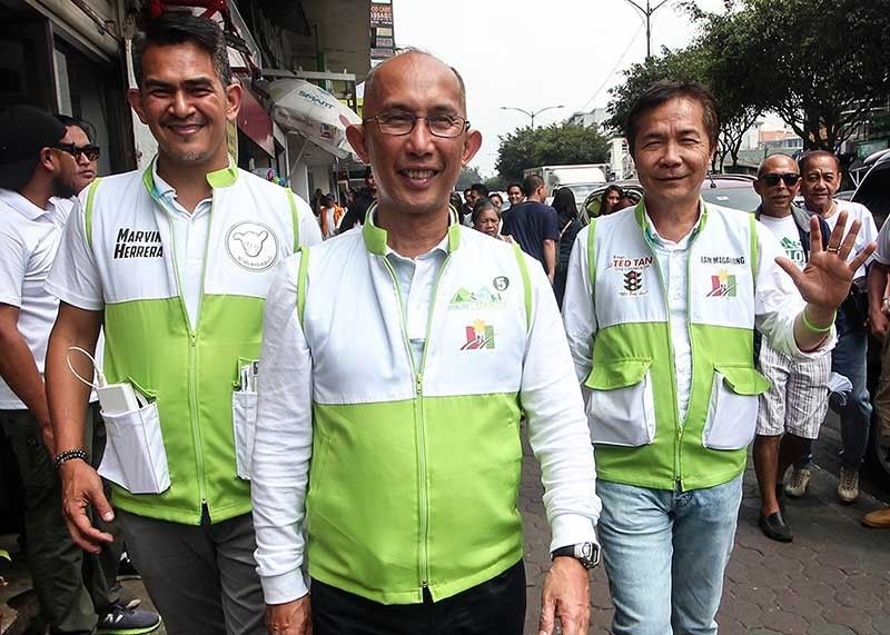 BAGUIO. Mayoralty bets Benjamin Magalong and Edar Avila start to woo voters in Baguio City as the campaign period for local candidates starts. (Photos by jean Nicole Cortes and Zaldy Comanda)