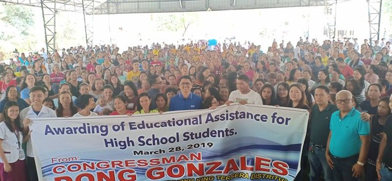 "SCHOLARS. San Juan High School students and parents join Third District Rep. Aurelio ""Dong"" Gonzales, Jr. during scholarship assistance distribution on Thursday, March 28, 2019. (Ian Ocampo Flora)"