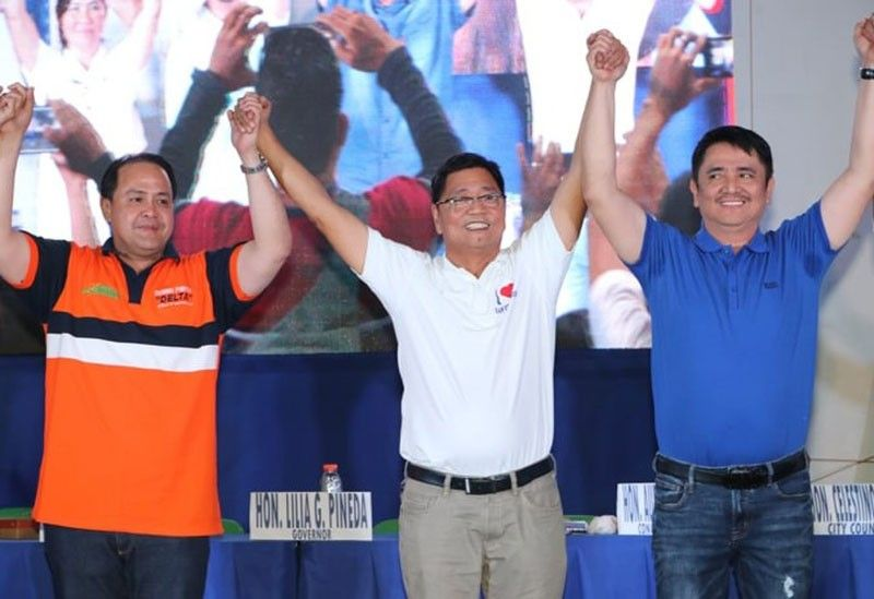 EDSA PA RIN! City of San Fernando reelectionist Mayor Edwin Santiago is endorse by Kambilan partymates gubernatorial candidate Vice-Gov. Dennis 'Delta' Pineda (L) and reelectionist Third District Congressman Aurelio 'Dong' Gonzales, Jr. (R) during Friday's opening salvo of Team I Love San Fernando' at the Bren Z. Guiao Convention Center. (Chris Navarro)