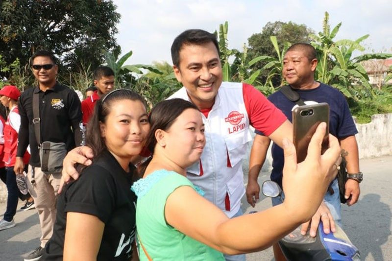 """PAMPANGA. Former Pampanga governor and Porac mayoralty candidate Mark Lapid gets his picture taken with supporters during house to house sortie in Barangay Poblacion, Porac, Pampanga Saturday, March 30, 2019. Lapid plays the role of """"Anton"""" in the television series """"Ang Probisyano"""". (Chris Navarro)"""