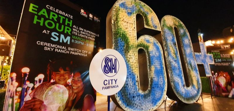 SM Supermalls all over the country join the nation in observing Earth Hour by switching off electricity for Mother Earth. (Chris Navarro)