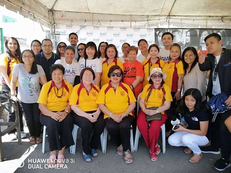 Area 3 director Stella Bernabe, project chairperson Amelita Go and GMA-7 Regional TV network led by Ann Marie Tan, at the One-Stop Service at Barangay Kamagayan, Cebu City.