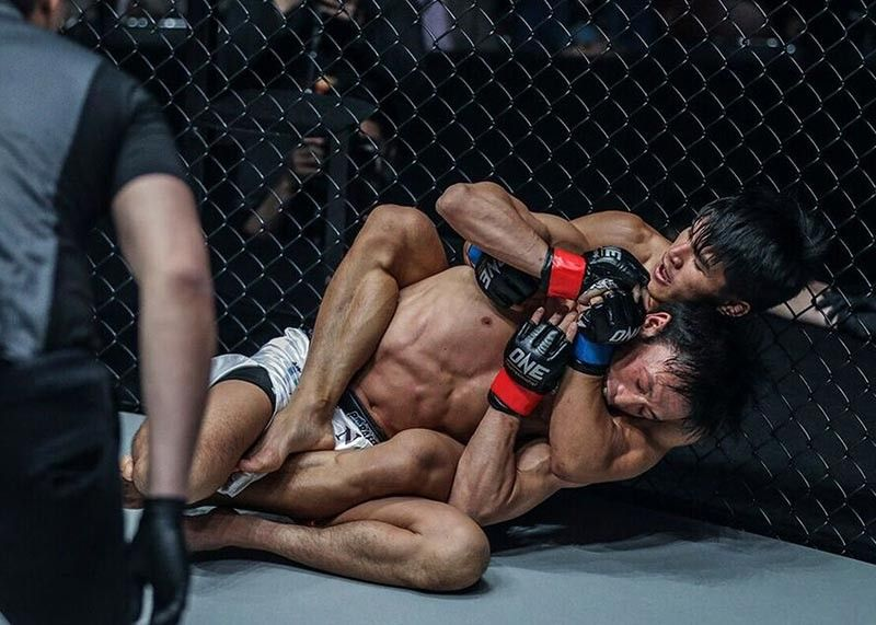 BAGUIO. Team Lakay's Danny Kingad nearly submits Senzo Ikeda in the first round during their flyweight world grand prix clash in Tokyo, Japan. (ONE Championship Photo)