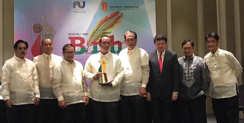 PAMPANGA. SunStar Pampanga Senior Reporter Ian Ocampo Flora joins Agriculture Secretary Manny Pinol and members of the board judges of the Philippine Agricultural Journalists-San Miguel Corp. Binhi' Awards held at the Makati Diamond Residences over the weekend. (Contributed photo)