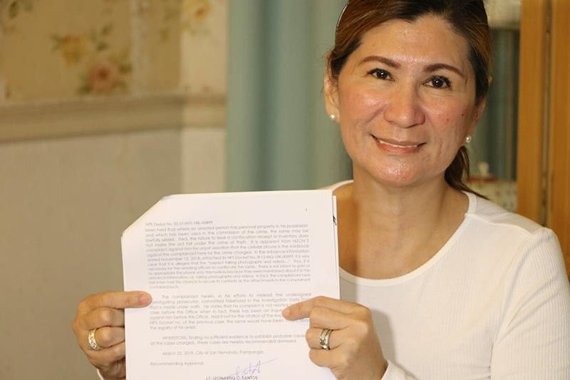PAMPANGA. City of San Fernando vice mayoralty candidate Councilor Angie Hizon shows a copy of a resolution from the City Prosecutor's office dismissing the complaint filed against her and four others. (Chris Navarro)