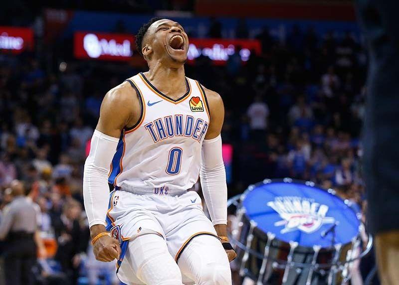 Mipahugyaw: Ang guard sa Oklahoma City Thunder nga si Russell Westbrook (0) nga mipahungaw sa iyang gibati nga nakigduyog sa iyang mga dumadapig sa pagselebrar sa talagsaon niyang performance nga nakakulit og kasaysayan sa NBA atol sa ilang duwa kagahapon batok sa Los Angeles Lakers. (AP)