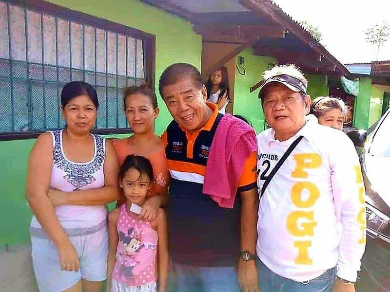 """PAMPANGA. Bacolor Councilor Efren """"Steekie"""" Blanco, who is running for vice mayor,  and reelectionist Councilor Nilo """"Pogi"""" Caballa get a warm welcome from supporters during the house-to-house campaign at the Bulaon resettlement site in the City of San Fernando Sunday, March 31, 2019. (Photo by Chris Navarro)"""