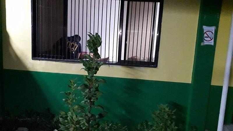 TACLOBAN. Gisusi sa Soco ang patayng lawas sa suspek ug pulis sud sa morgue. (Hulagway tampo ni Don Leandrew Tiu)