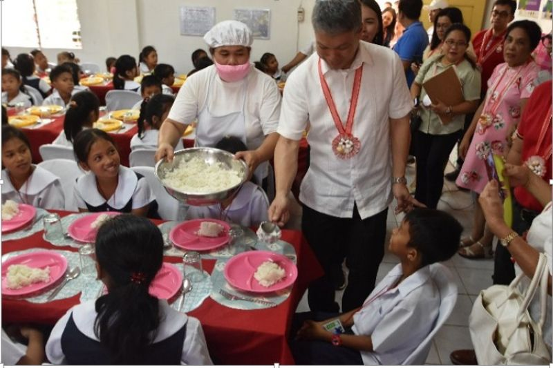 NEGROS. Sagay City Mayor Alfredo Marañon III leads the feeding of the pupils in the school-based feeding program at the newly inaugurated BLT (Busog, Lusog, Talino) Kitchen in the city. (Contributed photo)