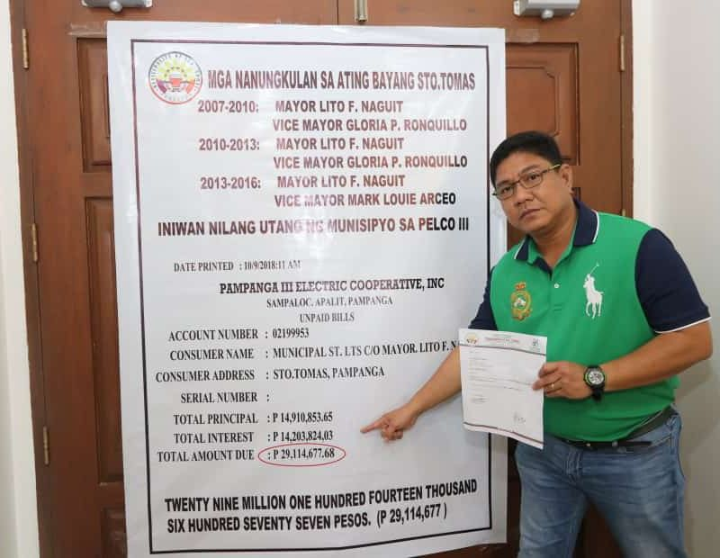 PAMPANGA. Sto. Tomas reelectionist Mayor John Sambo shows figures furnished by Pelco-3 showing the electric bill arrears of the past administration from 2008 to 2016 which is now being paid by his administration. (Chris Navarro)
