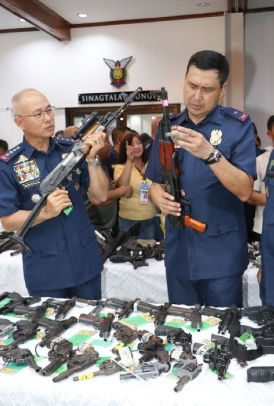 "PAMPANGA. Philippine National Police Chief Oscar Albayalde and Police Regional Office Central Luzon Director Joel Napoleon Coronel inspect the high powered rifles confiscated by policemen in connection with the Comelec gun ban and ""Oplan Katok"" campaign. <b>(Chris Navarro)</b>"