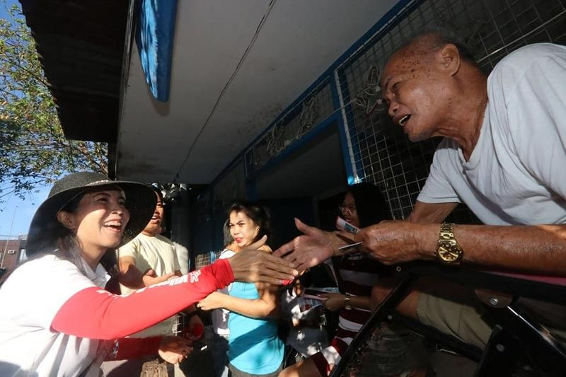 PAMPANGA.  City of San Fernando Liga ng mga Barangay President and mayoralty candidate Vilma Caluag gets a warm welcome from her constituents in Barangay Dolores during the house-to-house sortie of Team MagsilVI Tamu Fernandino on Thursday, April 4, 2019. (Photo by Chris Navarro)