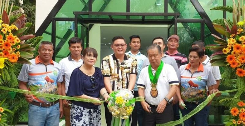BACOLOD. Don Salvador Benedicto (DSB) builds a new Fiesta Pavilion at the Pana-ad Park and Stadium. DSB Mayor Lawrence Marxlen Dela Cruz (4th from left), Gov. Alfredo G. Marañon Jr., (5th from left), former DSB mayor Cynthia Dela Cruz, (third from left), Vice Mayor Nehemias Dela Cruz (7th from left) and members of the Sangguniang Bayan of DSB cut the ribbon of the of the pavilion, which was also blessed on Friday, April 4. (Carla N. Cañet)