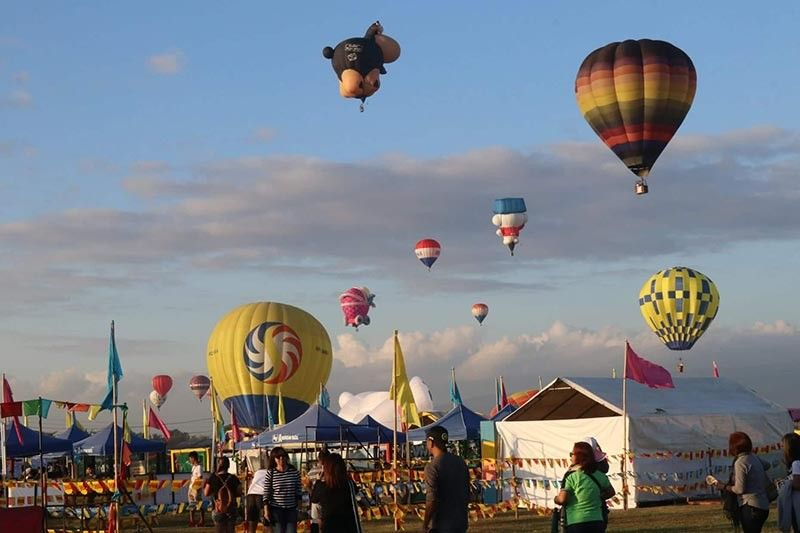 PAMPANGA. Thousands of local and foreign tourist flocked to Pradera Verde in Barangay Prado Siongco, Lubao, Pampanga to get a glimpse of the various shapes, sizes, designs and colors of hot air balloons during Lubao International Balloon and Music Festival kick-off on Friday, April 5. (Chris Navarro)