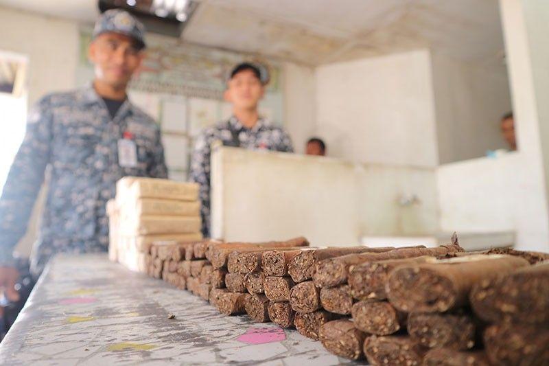 KONTRABANDO. Gipresenta sa media ang gatusan nga kantidad sa tabako nga nakumpiska sa mga jail guards sa Davao City Jail, sa Ma-a alas 9 sa buntag niadtong Biyernes, Abril 5. (Hulagway tampo sa BJMP- Davao Region)