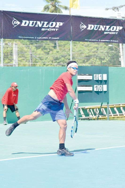 DAVAO. Si men's defending champion Johnny Arcilla wa kaayo mihatag og gibug-aton sa pagdepensa sa iyang titulo sa 3rd Mayor James Gamao Invitational Tennis Tournament, Abril 24 ngadto 27 sa Panabo City. (Hulagway kuha sa Boy Diong Facebook)
