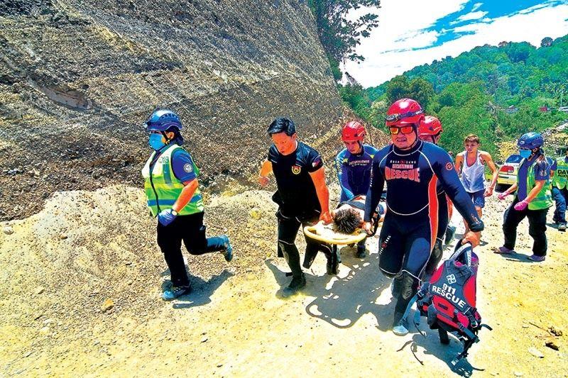 DAVAO. Gidagan sa mga personahe sa Davao City Central 911 Urban Search and Rescue Unit sa ospital ang usa ka bata nga nalumos nga napalgang nasangit sa bani sa saging sa sapa sa Ortega Village, Bangkal, Davao City Dominggo sa buntag, Abril 7. (Hulagway kuha ni Macky Lim)