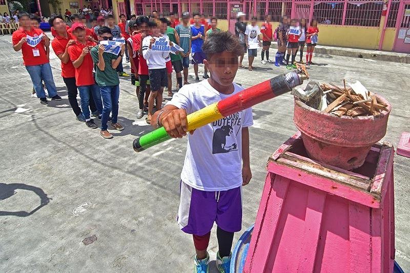 DAVAO. Gisindihan sa usa ka children in conflict with the law (CICL) ang kaang nga dunay mga kahoy, isip simbolo sa pagsugod sa Talomo Philippine National Police Advisory Council Sportsfest Dominggo, Abril 7, sulod sa Emar Human and Environmental College sa Barangay 74-A Matina Crossing, Davao City. Usa sa mga katuyoan sa aktibidad aron mahilayo ang mga batan-on sa krimen pinaagi sa kaugnat sa kusog. (Hulagway kuha ni Macky Lim)