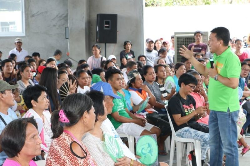 PAMPANGA. Apalit Mayor and vice mayoralty candidate Peter Nucom vows more legislation to improve the lives of his fellow Apaliteños during a recent caucus in San Vicente, Apalit town. (Photo by Chris Navarro)