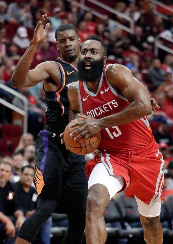 GILABYAN: Igo lang gilabyan ni Houston Rockets guard James Harden (13) ang depensa ni Phoenix Suns forward Josh Jackson niining aktoha atol sa ilang duwa kagahapon sa NBA. (AP)