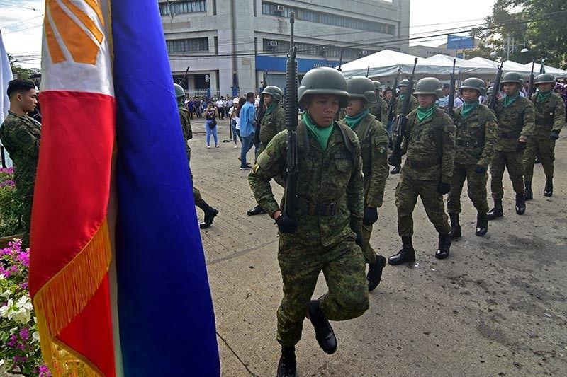 DAVAO. Gipakita sa mga sundalo sa Task Force Davao ang ilang kahanas sa pagmartsa isip mga honor guards sa gipahigayong programa sa World War II War Veterans Memorial Monument alang sa ika-77 nga Araw ng Kagitingan kagahapon sa Davao City. (Macky Lim)