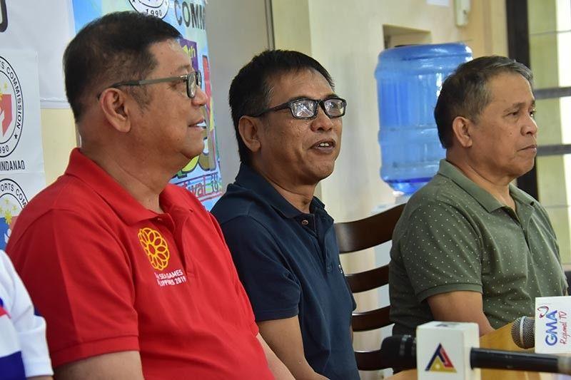 """DAVAO. Si organizer Zaldy Garrote, tunga, nagyagyag sa detalye sa umaabot nga 7th Tabanog Festival Sulop, Davao del Sur atol sa press conference, Martes, sa Philippine Sports Commission (PSC) Mindanao Office sa Juna Subdivision sa Matina, Davao City. Anaa sab sa hulagway si PSC chairman William """"Butch"""" Ramirez ug PSC Mindanao head Ed Fernandez. (Macky Lim)"""