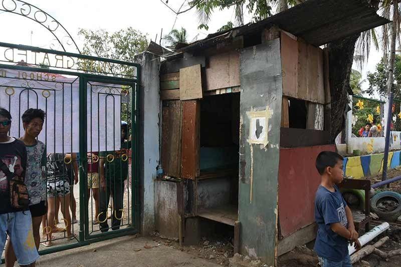 DIIN NAKAPLAGAN: Mao kini makeshift guardhouse sa Cogon Cruz Integrated School sa Danao City diin makit-i ang mga pat-ak sa dugo nga gituohang iya ni Tesa Marie Igay, 14. (Allan Cuizon)