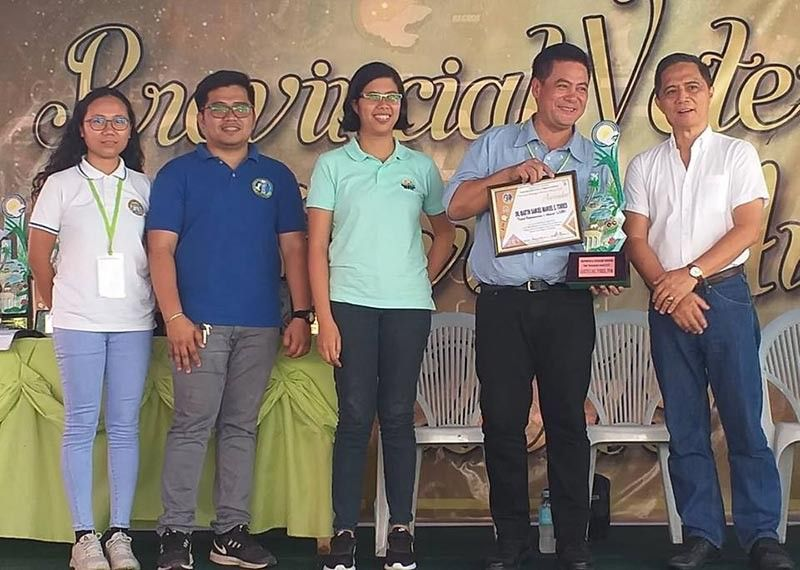 BACOLOD. Bago City Veterinarian Martin Samuel Manuel Torres (second from right) receives the Tatak Veterinarian award from PVO team led by Provincial Veterinarian Renante Decena (right). (Erwin P. Nicavera)