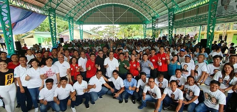 "PAMPANGA. Senator Bam Aquino joins Pampanga Fourth District Congressman Juan Pablo ""Rimpy"" P. Bondoc, gubernatorial candidate Vice Governor Dennis ""Delta"" Pineda and other Kapampampan officials in flashing the thumbs up sign for Pampanga during a sortie in Minalin town on Tuesday, April 9, 2019. (Chris Navarro)"