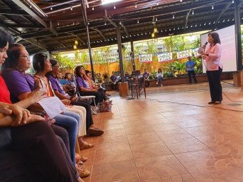AKLAN. Vice President Leni Robredo talks to women of Aklan for a brief meeting before attending the launching of the Ahon Laylayan Koalisyon in Aklan. (Jun Aguirre)