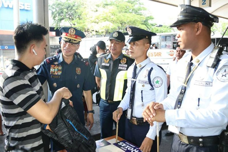 MANILA. NCRPO Director Guillermo Eleazar inspects bus terminals in Cubao, Quezon City. (Courtesy of NCRPO)