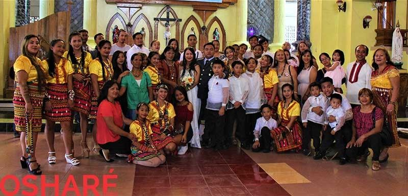 The groom, Kuya Marcial, his proud parents and relatives with the bride, ate Liezl. (Photo by Osharé)