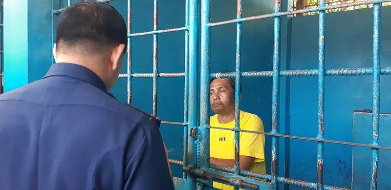 NABALHUG NA: Si Renato Llenes (tuo) gibalhug na sa Lapu-Lapu City Police detention cell, diin iyang giasoy giunsa niya pagpanguyab si Christine Lee Silawan. (Flor V. Querubin)