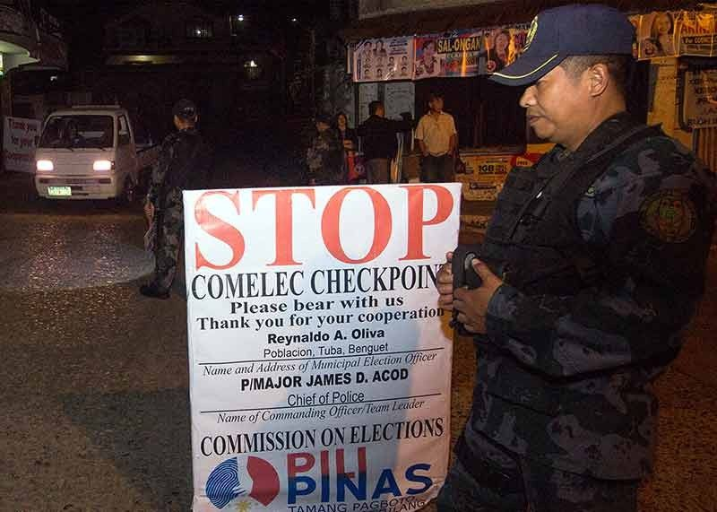 BENGUET. Police set up a Comelec checkpoint in Poblacion in Tuba, Benguet to ensure a safe and peaceful midterm election. (Photo by Jean Nicole Cortes)