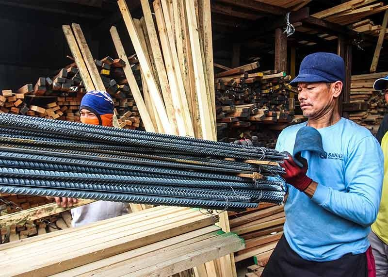 BAGUIO. A worker checks on the quality of rebars sold at a hardware store after the Philippine Iron Steel Institute (PISI) reported to the Department of Trade and Industry (DTI) that substandard concrete reinforcing steel bars are being sold in several hardware stores in Baguio City, Benguet, Mountain Province and Ifugao. (Photo by Jean Nicole Cortes)